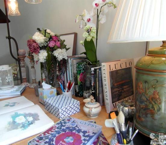 Detalle de la preciosa mesa de la artista.